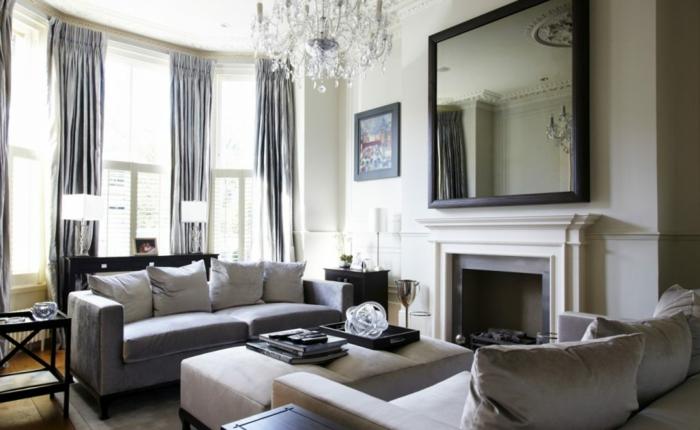 zwei Sofas und ein Tisch in der Mitte, graue Vorhänge, zwei Lampen, gläserne Kronleuchter, selber bauen Ideen