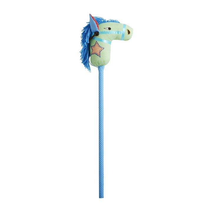 blaues steckenpferd mit einer blauen mähne und mit einem stern und roten ohren, ein bferd basteln, grünes steckenpferd