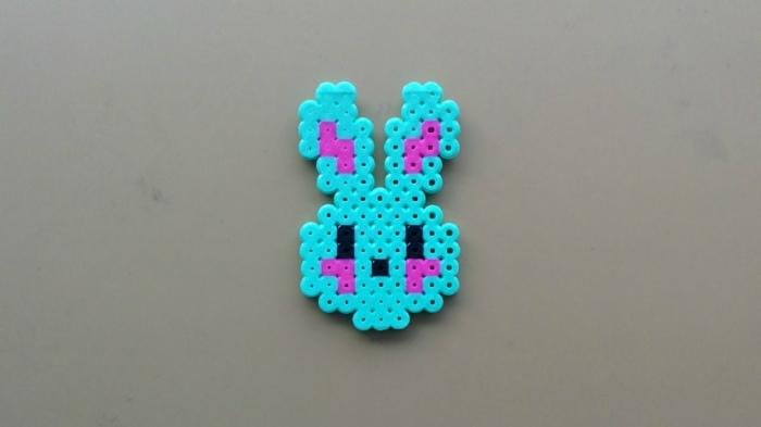 ein Kanninchen aus Steckperlen - ganz niedlich aus blauen, rosa und schwarze Steckperlen