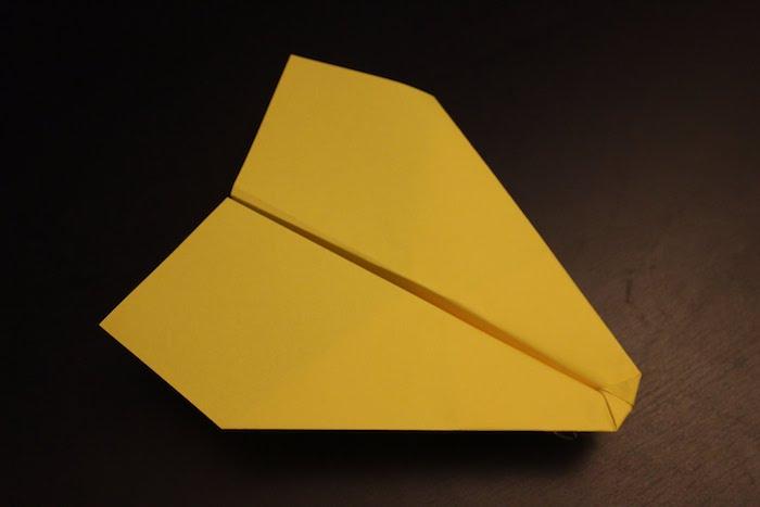 ein kleiner gelber papierflieger, basteln mit papier, einen gelben papierflieger falten
