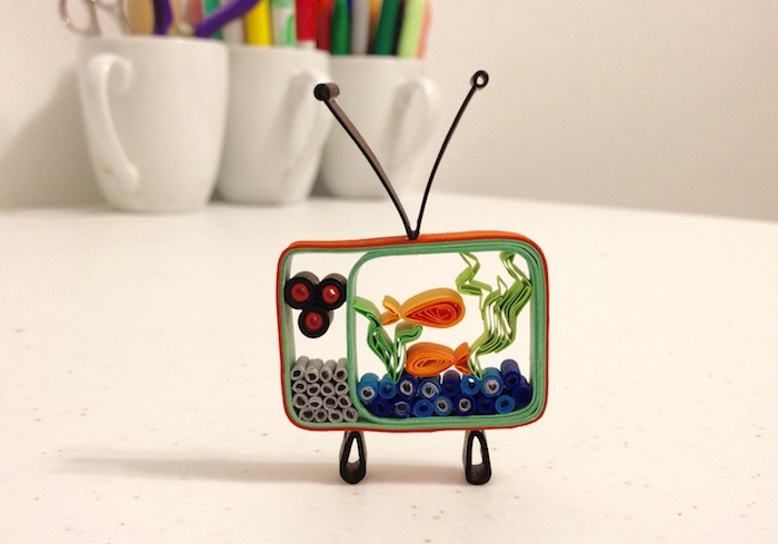kleiner diy quilling fernseher, paper quilling, ein fernseher mit zwei orangen fischen aus papierstreifen, zwei grüne quilling algen