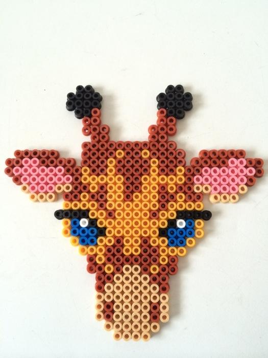 ein Giraffe mit blauen Augen und rosa Ohren, Bügelperlen Steckplatten