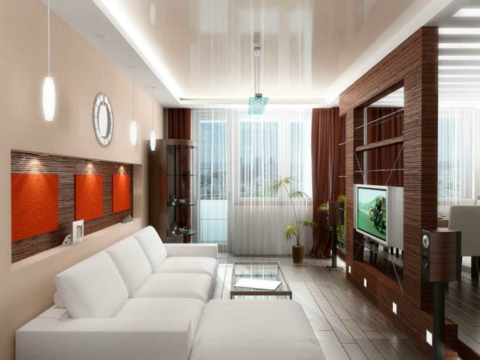 Raumteiler Holz in brauner Farbe, Trennwand und Fernsehwand, große, weiße Couch