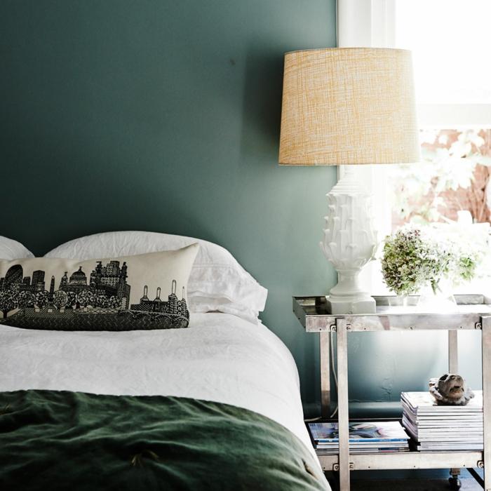 grüne Wand, Kissen mit Muster von einer Stadt, eine Stehlampe, Schlafzimmer Inspiration