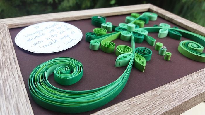 ein bild mit großen grünen quilling pflanzen mit grünen blättern aus langen paperstreifen, quilling anleitung