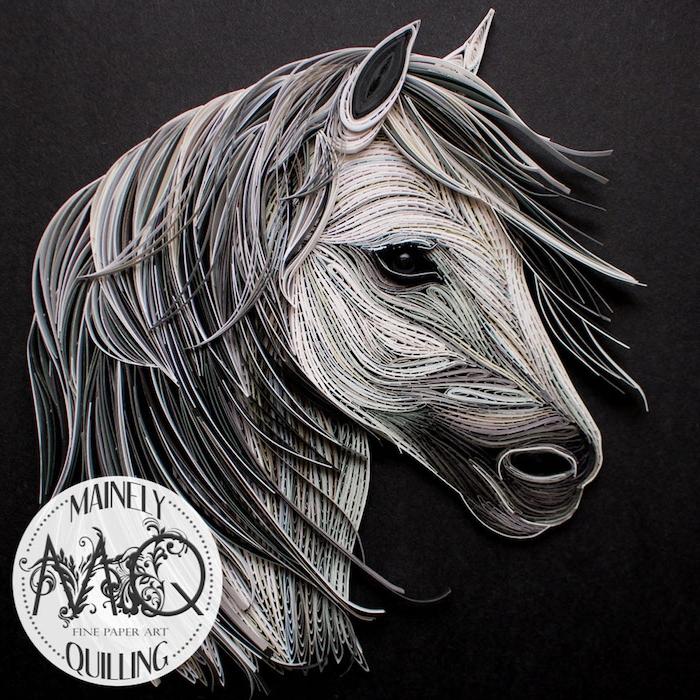 ein weißes quilling pferd mit schwarzen augen und mit einer dichten mähne aus grauen papierstreifen