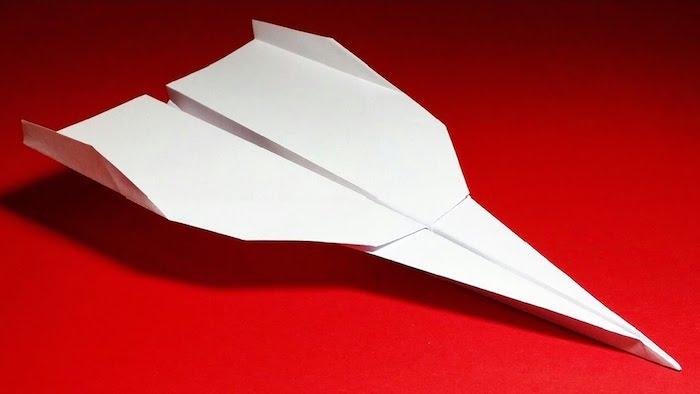 basteln mit papier, basteln für erwachsene, einen großen weißen papierflieger falten a4