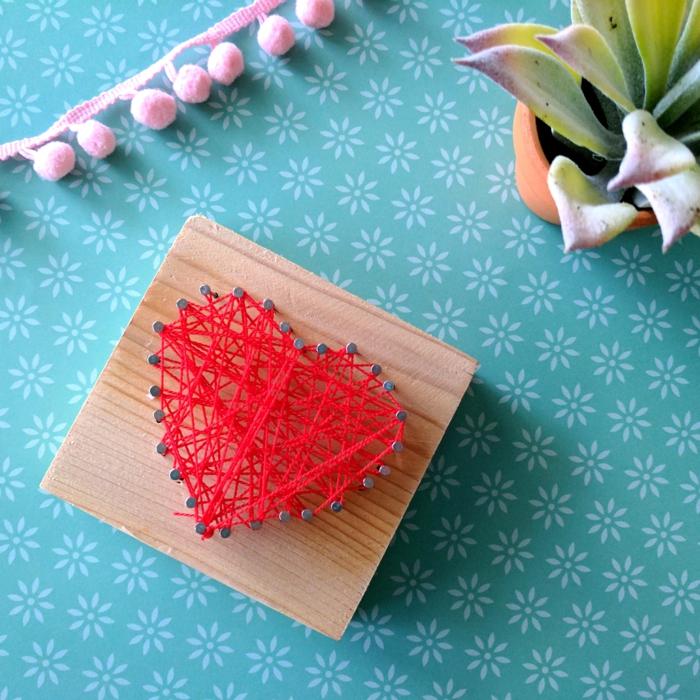 ein rotes Herz auf braunem Brettchen, ein perfektes kleines Geschenk, das einfach zu schaffen ist
