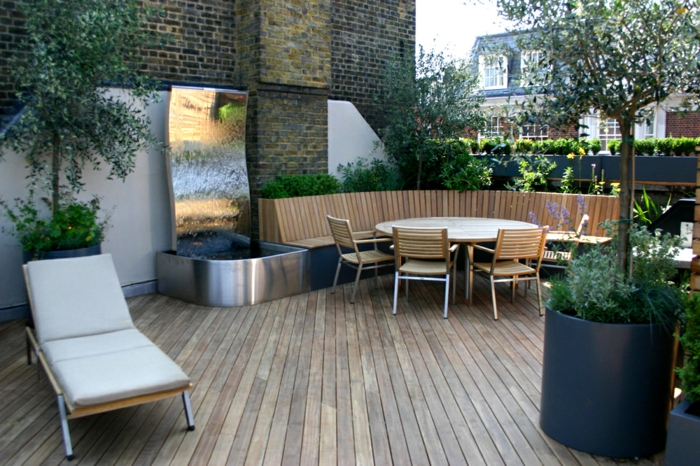 ein runder Tisch, ein Liegestuhl, eine Eckbank, ausgefallen die Terrasse dekorieren