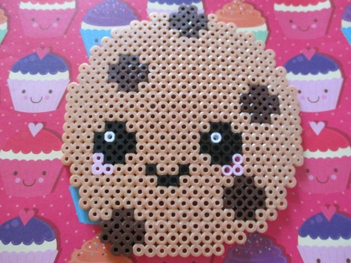 Kekse mit Schokolade aus Steckperlen, hat kleine Augen und einen kleinen Mund