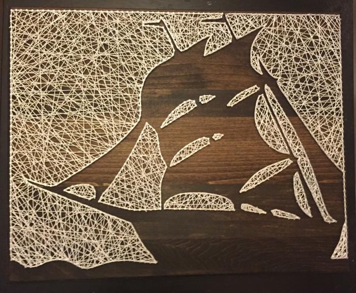 das Schattenbild von einem Schiff mit weißen Segeln, aus weißen Fäden, Fadenbild Anleitung