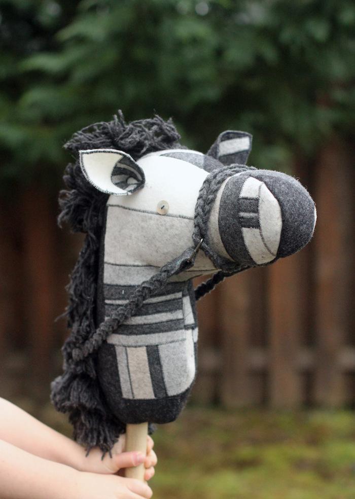 ein garten mit und ein selbstgebasteltes weißes pferd mit einer schwarzen dichten mähne und weißen ohren