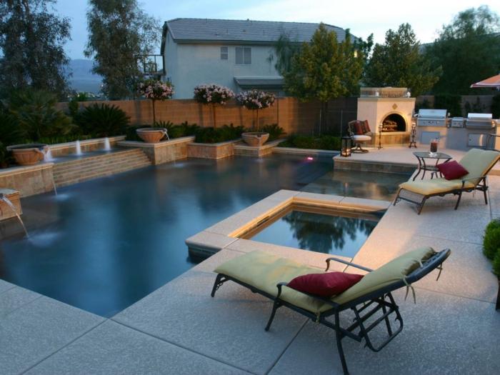 eine prächtige Terrasse dekorieren, zwei Liegestühle, ein Pool mit kristalem Wasser