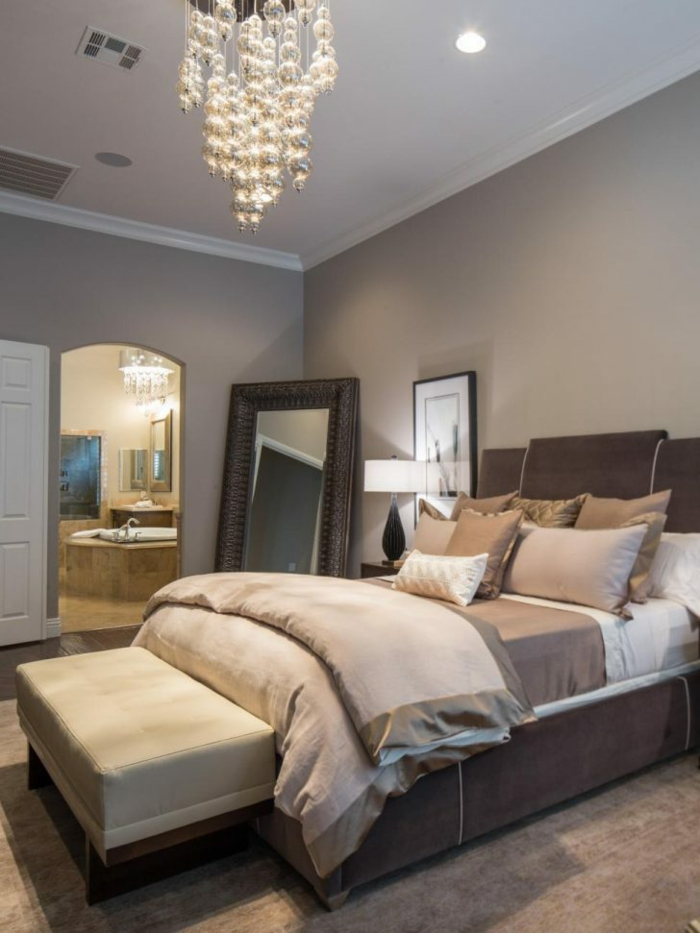 kleines Schlafzimmer, Schlafzimmer Inspiration für eine Frau, die eitel ist, schöner Kronleuchter
