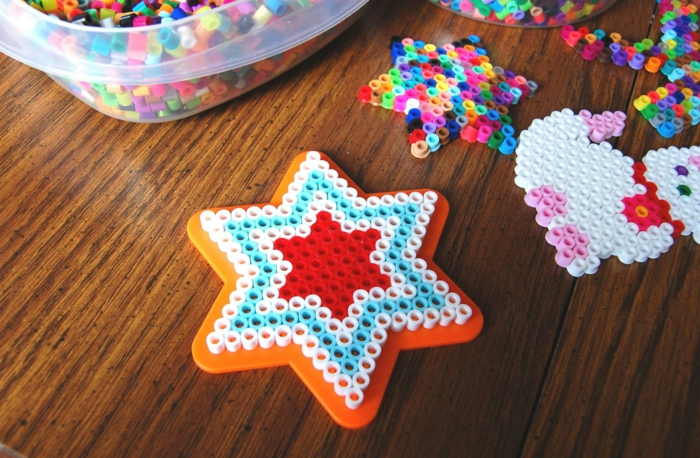 eine Bügelperlen Anleitung, wie Sie kleine Gegenstände selber machen, zwei Sterne und eine Katze