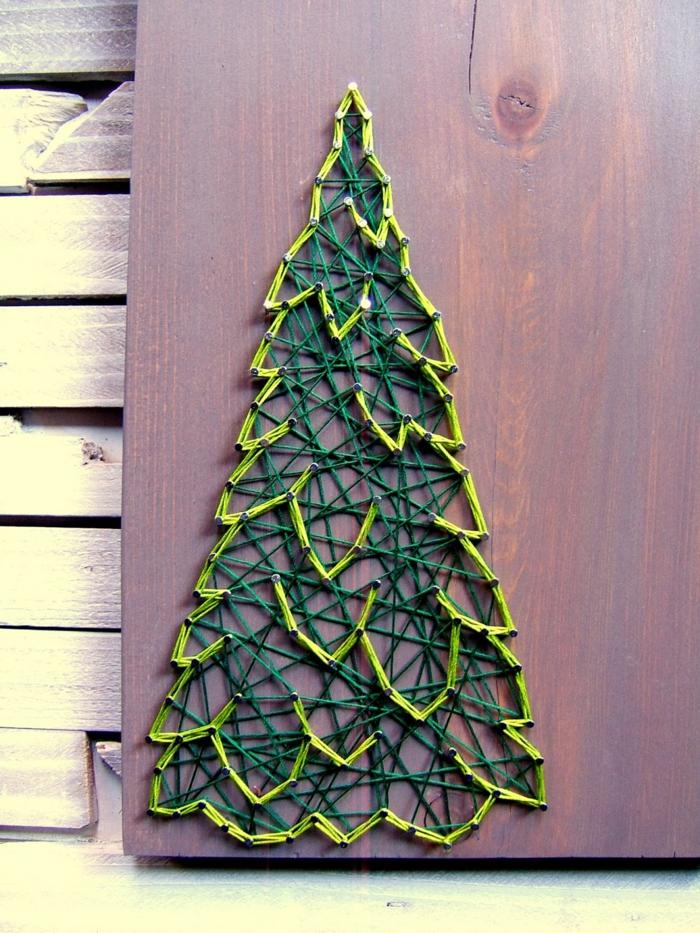 ein grüner Tannenbaum aus zwei Schattierungen von grünen Farben, Fadenkunst zu Weihnachtsmann