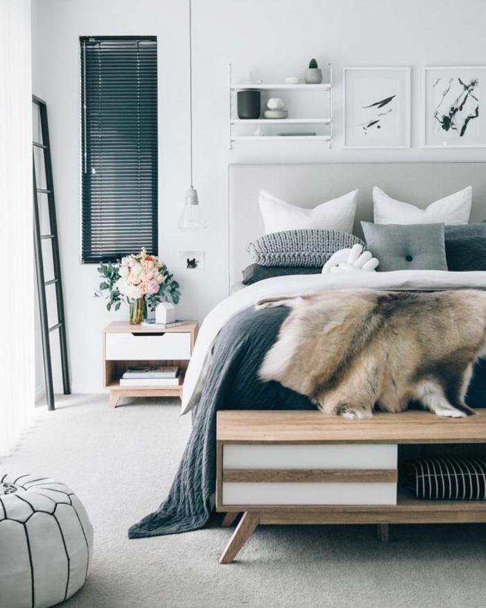ein großes Bett mit grauem Bettbezug, Schlafzimmer Inspiration, eine Vase auf dem Nachttisch, zwei Bilder,