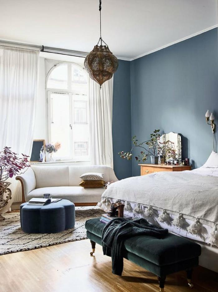 ein helles Zimmer, Schlafzimmer Inspirationen in blauer Farbe, ein weißes Sofa, orientalisches Lampenschirm