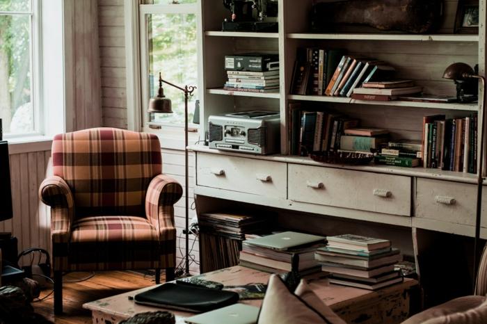 vintage Wohnwand zusammenstellen, mit vielen Platz für Bücher in der Leseecke