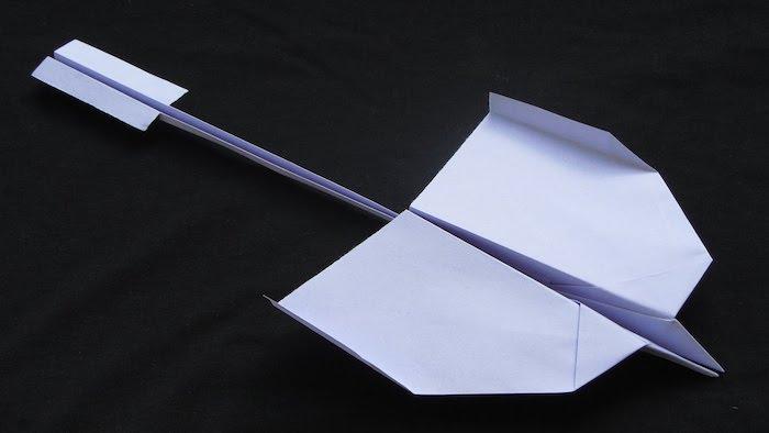 ein kleiner violetten papierflieger, bastelideen mit papier, einen violetten papierflieger schwalbe basteln