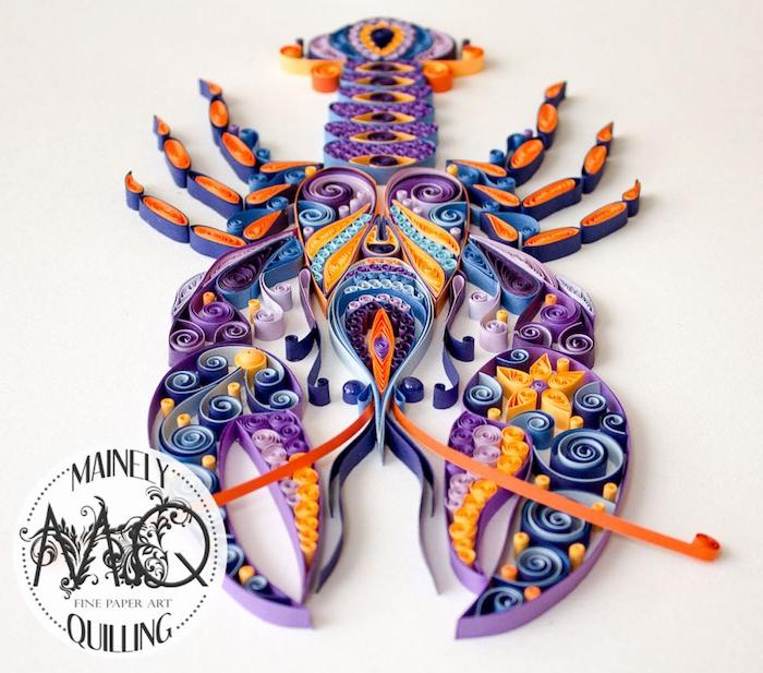 ein großer quilling hummer aus violetten, orangen, blauen, gelben und roten papierstreifen, hummer mit zwei kleinen blauen augen, bastelideen für erwachsene