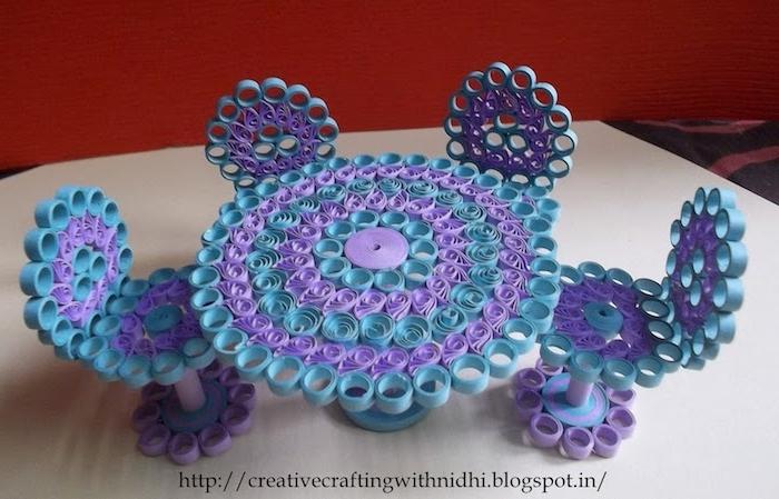 basteln mit kindern, ein violetter quilling tisch und vier kleine vioelette stühle aus blauen und violetten papierstreifen
