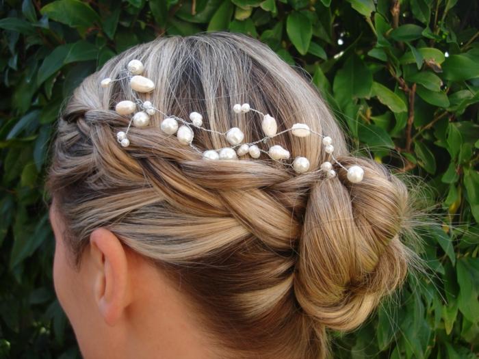 eine blonde Braut mit Haarschmuck von weißen Edelsteinen, geflochtene Frisuren Hochzeit