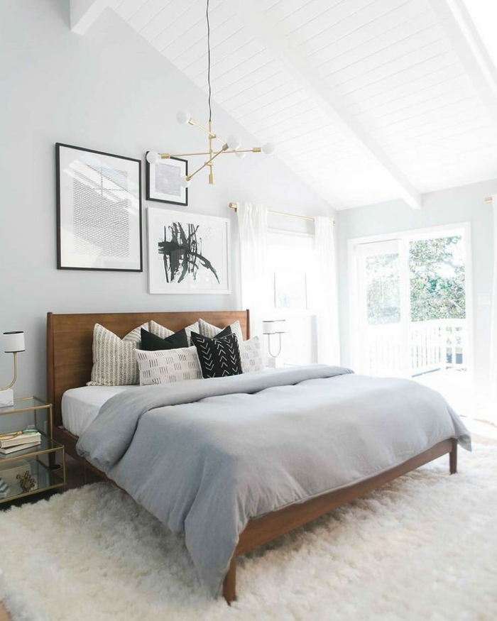 Schlafzimmer Inspirationen für das Dachgeschoss, ein weißer Teppich, schwarze Bilder