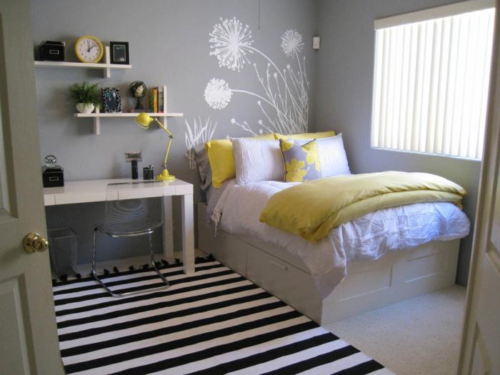helles Zimmer, Schlafzimmer Inspirationen für Jugendliche, Regale mit Uhren, Vasen und Bücher