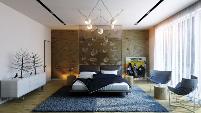 Schlafzimmer Deko mit Glas, ein Werk der zeitgenossischen Kunst über das Bett, zwei Sessel