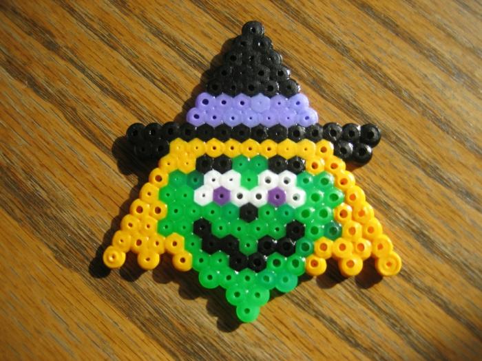 grünes Gesicht, lila Augen, eine gruselige Figur von Hexe aus Steckperlen