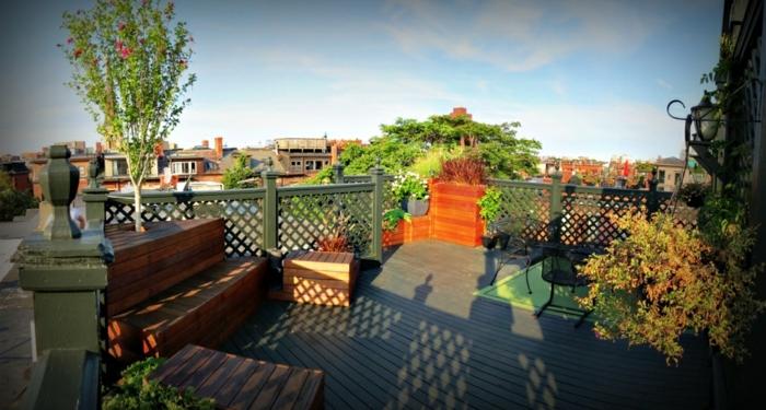 graue Terrassendiele, schwarze Terrassenmöbel, interessante Terrassenbepflanzung