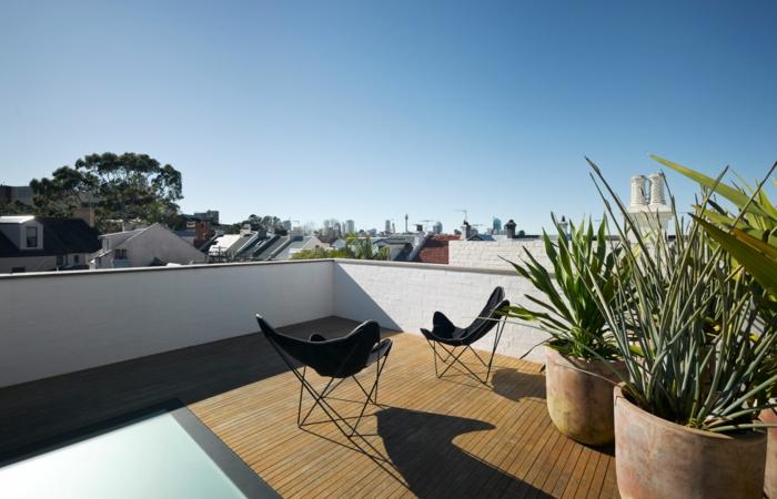 eine Terrasse dekorieren mit zwei Blumentöpfe mit Ziersträuchen, hölzerner Terrassenbelag