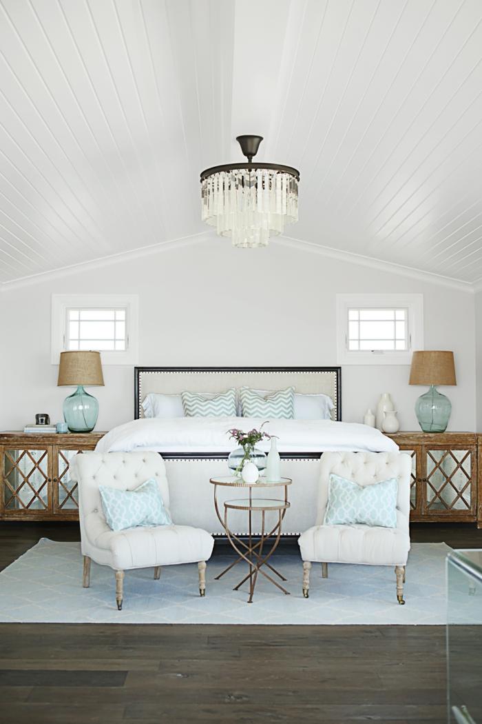 eine symmetrische Gestaltung von dem Schlafzimmer, symmetrische Schlafzimmer Deko