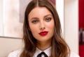 Make-up mit rotem Lippenstift für die Feiertage am Ende des Jahres 2017