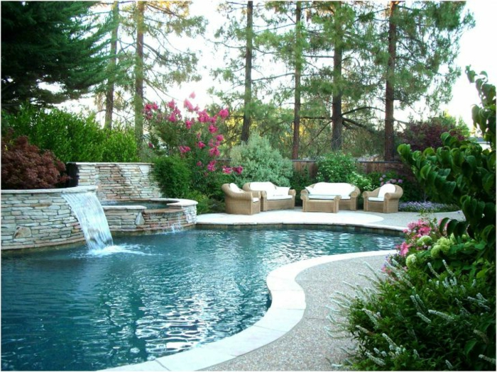 Loungemöbel auf eine moderne Terrasse gestellt, ein schönes Pool