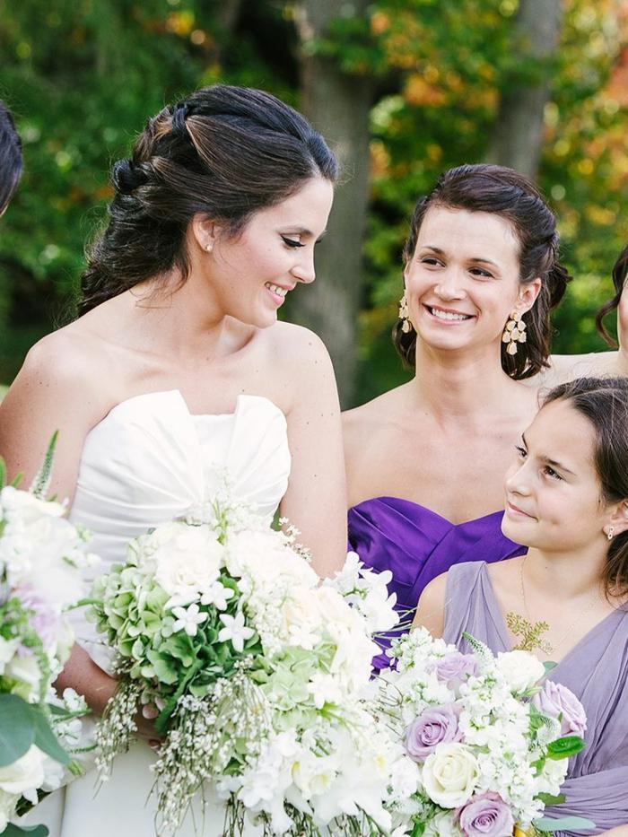 geflochtene Zöpfe, eine schwarzhaarige Braut, die Brautjungfern sind auch mit Flechtfrisuren