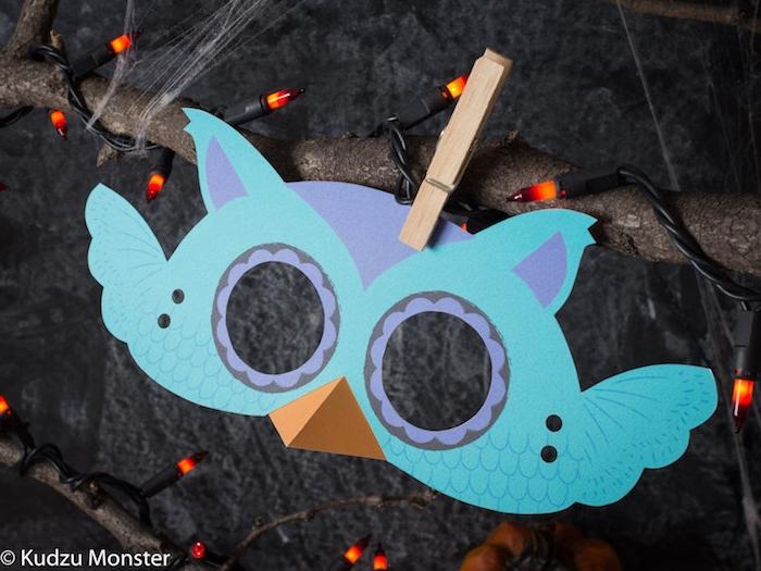 eulen basteln vorlagen zum ausdrucken, eine blaue maske mit violetten augen und blauen federn und eine wäscheklammer