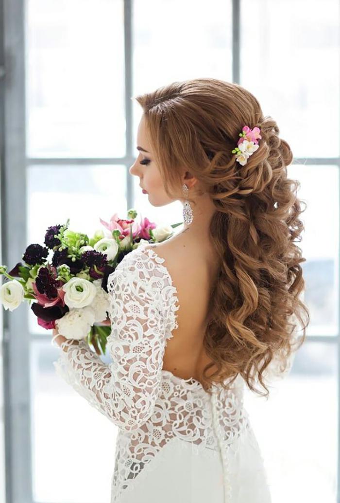 schöne Braut mit langen hellbraunen Haaren, geflochtene Zöpfe und gut geformte Locken