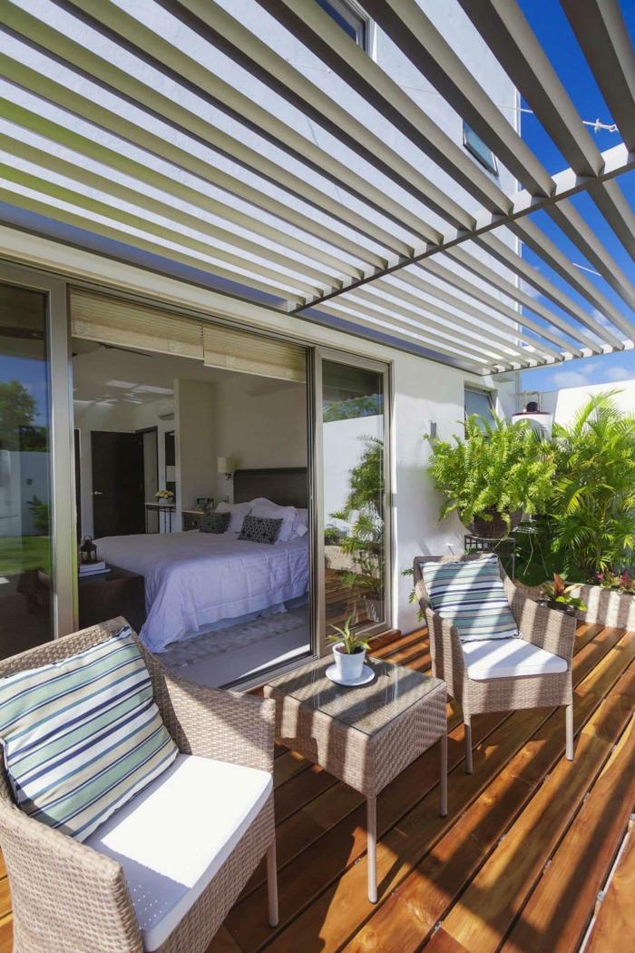 Terrasseüberdachung, die Sonne durchlässt, zwei Rattan Sessel, Terrasse gestalten