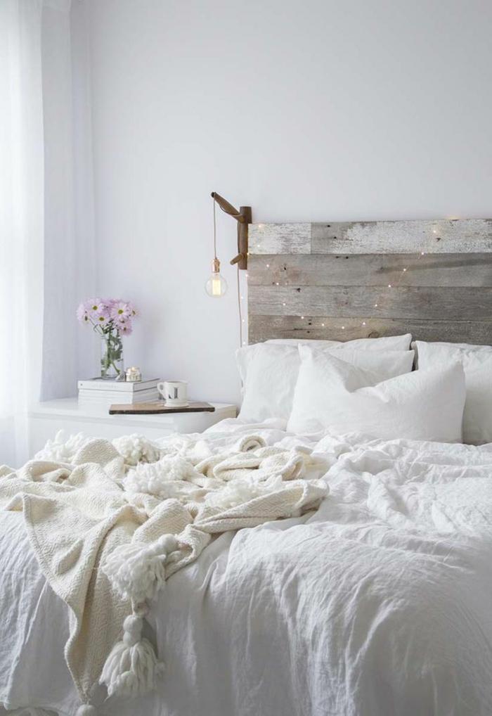 eine Lichterkette als Schlafzimmer Deko, Bretten über dem Bett, Landhausstil Schlafzimmer