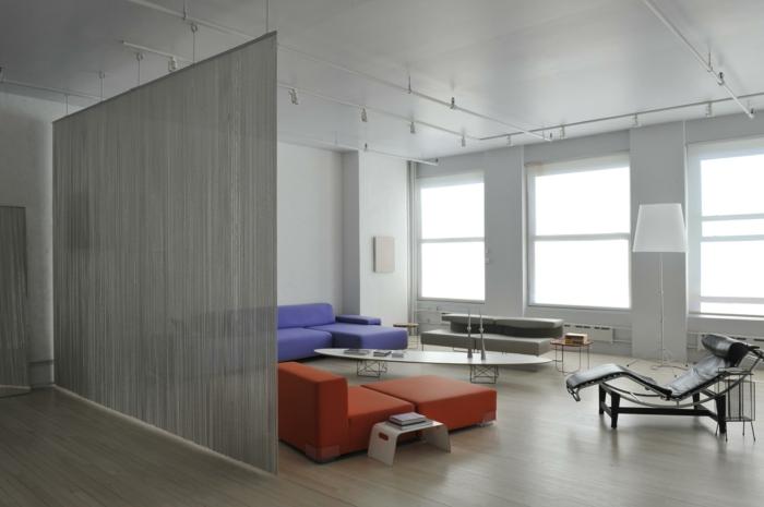 graue Trennwand für Zimmer in minimalistischer Stil, rote und blaue Wohnzimmermöbel