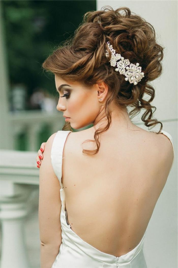 Frisuren Hochzeit, lockige Hochsteckfrisur mit geflochtenen Elementen, weißer Schmuckstück