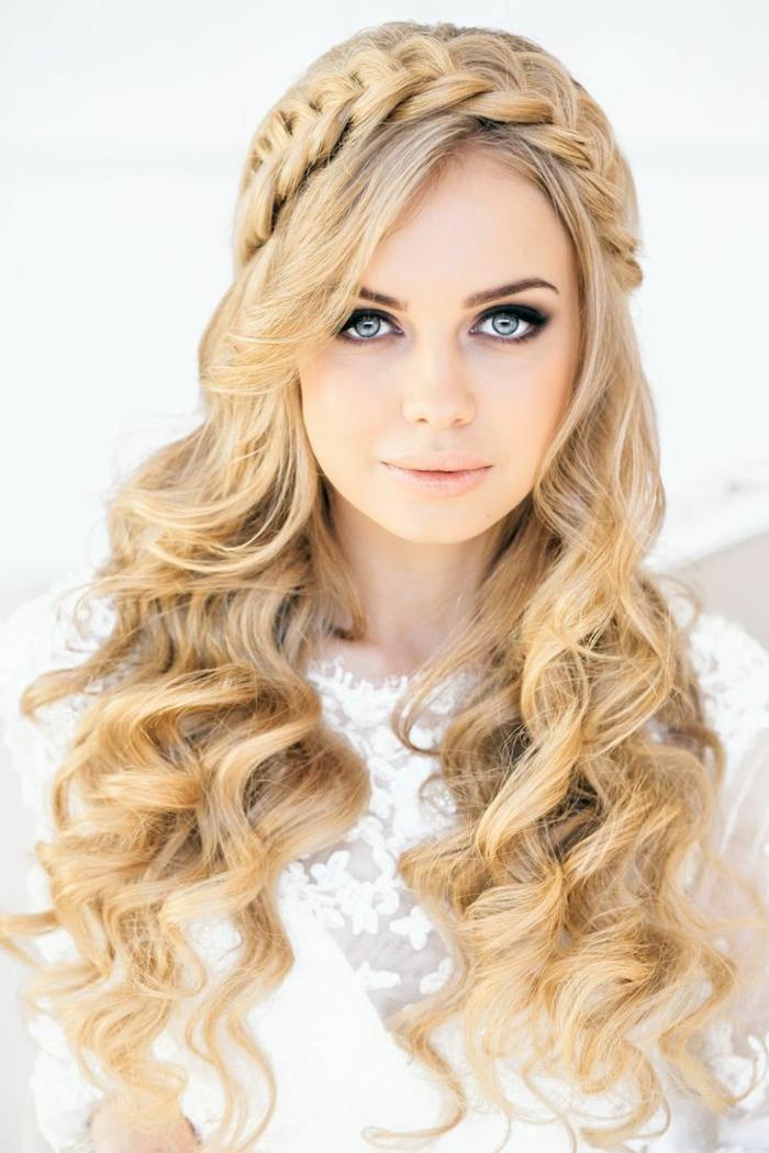 Zopf wie eine Krone und Locken wie Wellen, Frisuren Hochzeit von einer blonden, blauaugigen Frau
