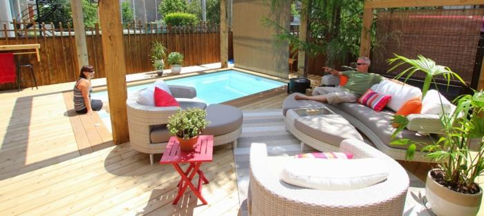Sichtschutz aus Holz, ein Schwimmbad und Loungemöbel, kleiner Tisch, Terrasse gestalten