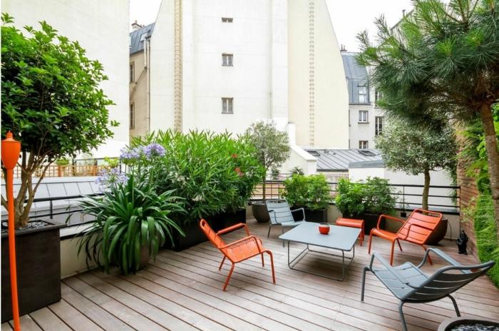 eine Terrasse aus drei Ecken fotografiert, erste Position den offenen Teil von Terrassenbepflanzung