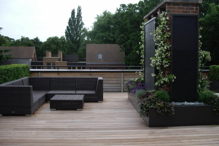 ein vertikaler Garten anlegen, Terrasse gestalten, schwarze Terrassenmöbel, Bodenbelag aus Holz