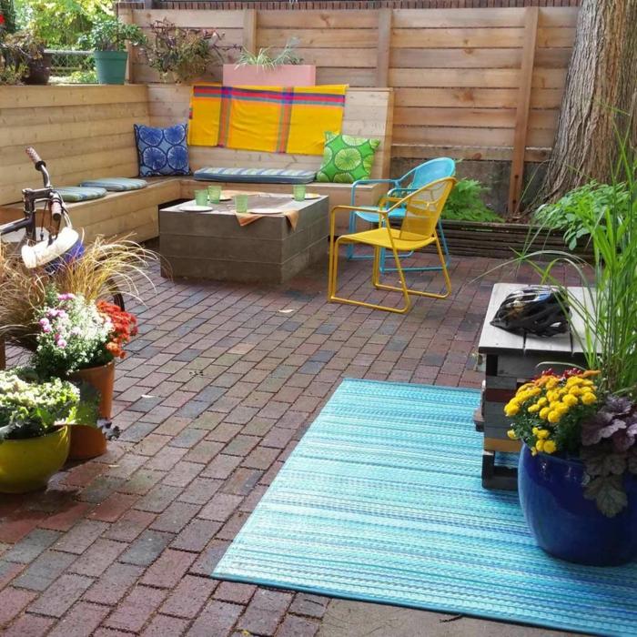 eine Shabby Chic Einrichtung in grellen Farben, Bodenbelag in Backstein Optik, Terrasse gestalten