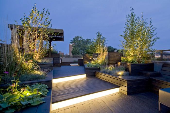 Treppen mit Led-Beleuchtung, drei Bäume, Terrassendiele und Terrassenpflanzen
