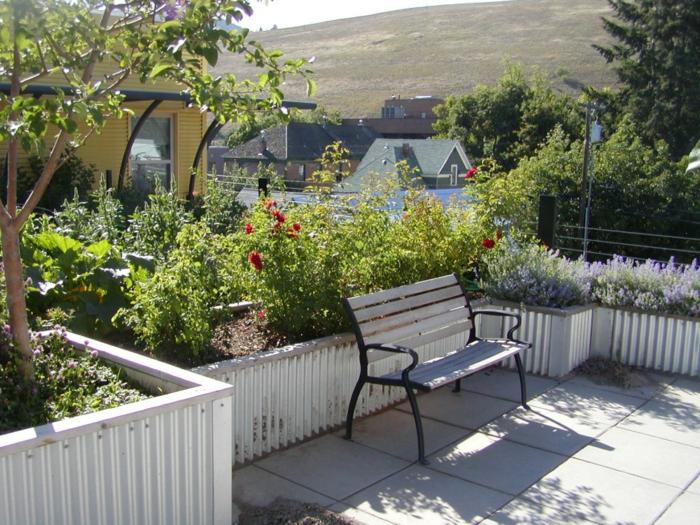 viele Blumen und Gemüse, Lavender, kleiner Baum, Terrassenpflanzen weiße Bank,
